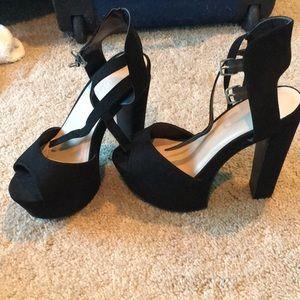 Adorable black pumps